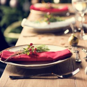 Optimized-christmas-family-dinner-table-concept-P8W3U8G